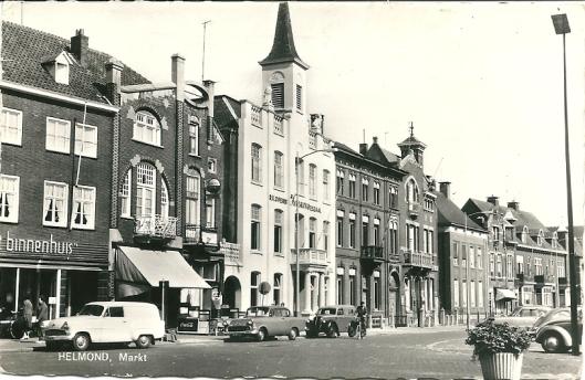 In het witte gebouw met torentje op de Markt in Helmond, voormalig raadhuis, was van 1937 tot 1966 de r.k.openbare leeszaal en bibliotheek van Helmond gehuisvest.