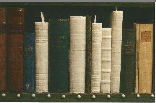 Uit albast gebeeldhouwde boeken in de Artis Bibliotheek