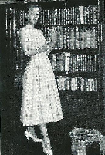 De Duitse schlagerzangeres en actrice Heidi Brühl (1942-1991) bij haar boekenkast