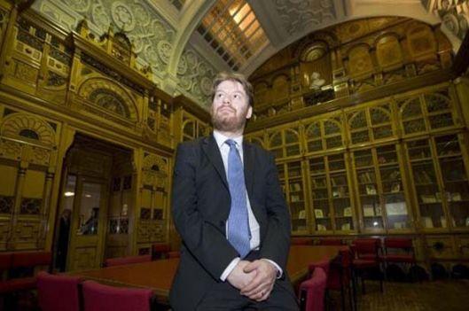 De Shakespeare Memoriqal Library in Victoriaanse stijl uit 1882, in 2013 overgebracht naar de bovenverdieping van de nieuwe bibliotheek Birmingham, hier met bibliothecaris David Bishop (foto Birmingham mail)