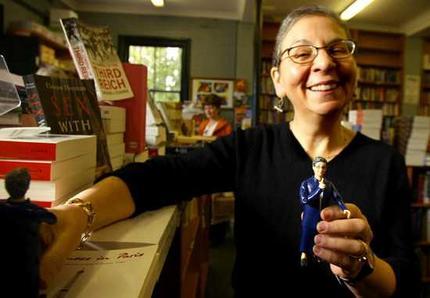 Super bibliothecaresse Nancy Pearle uit Seattle met haar evenbeeldje (foto Tama Dean, 2005)