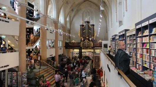 Gezicht op Waanders boekhandel in Zwolle met het orgel van de Broerenkerk