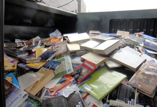 Boosheid en talrijke ingezonden stukken nadat deze en andere foto's verschenen in de Washington Post bij een artikel van Tom Jackson. over deze vorm van opruimen van uit de collectie verwijderde boeken in Fairfax, Virginia. (foto Linda Smyth).