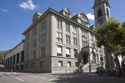 De Zentralbibliothek Zürich is tegelijk kanton-, stads- en universiteitsbibliotheek. Het bezit bedraagt ruim 5 miljoen documenten en jaarlijks worden meer dan 500.000 bezoekers geteld.