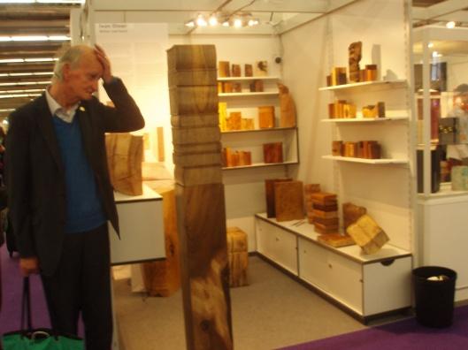Hans Krol bij een stand van houten boekvormen op de Frankfurter Buchmesse 2013