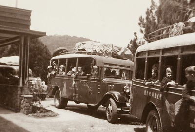 Leerlingen van de Planters School Vereniging in Brastagi vertrekken vanwege vakantie, 1937 0f 1938 (Uit: Schoolalbum P.S.V. van Lilly Schouten)