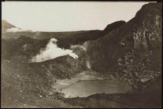 Krater in de Sibayak bij Brastani (foto C.B.Nieuwenhuis uit omstreeks 1900)