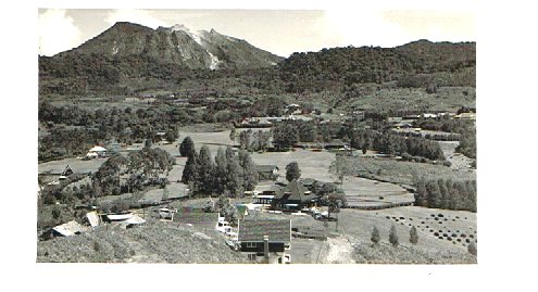 In 1934 schreef Masdelon Szekely-Lulofs in de roman 'Rubber' bij de aankomst in Brastagi over de in een prachtige natuur gelegen huizen. Veel landhuizen die toebehoorden aan de maatschappijen en enkele particuliere villa's . Aan de voet van een berg stond het Grand Hotel Berastagi. In 1946 ging dat hotel met andere hotels en huizen, inclusief de voormalige school, in vlammen op.