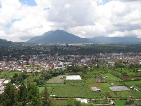Gezicht op Brastagi omgeven door vulkaan-bergen