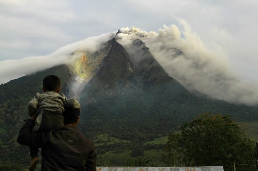 In augustus 2010 had voor het eerst sinds vier eeuwen een eruptie plaats van de berg Sinabung vulkaan nabij Brastagi