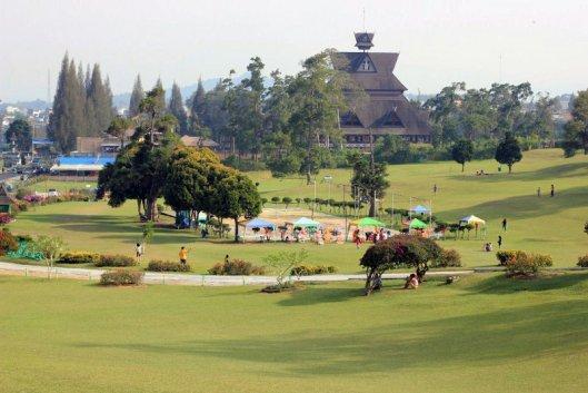 Het hooggelegen Brastagi was destijds bij de Nederlanders een populair vakantieoord. Het hier afgebeelde imposante Bukit Kubi hotel gelegen in een park herinnert aan die tijd.