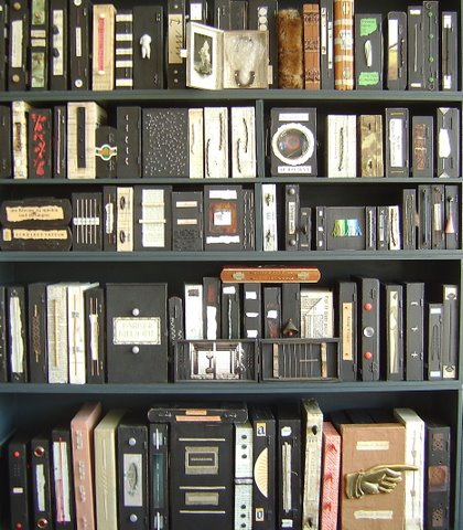 Een 'Künstlerbibliothek in Zigarrenkistenformat' door Marion Gülzow, die 300 banden omvat
