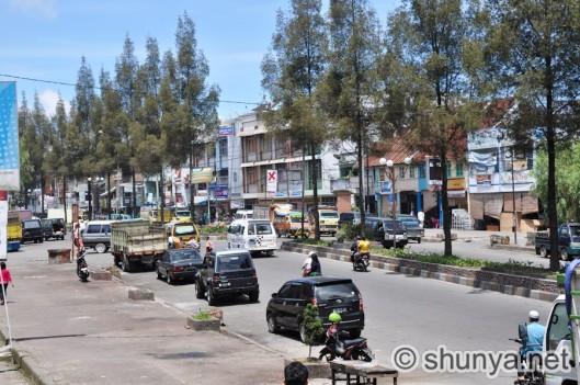 Hoofdstraat in Berastagi (Shanya,net)