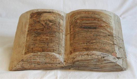 Houten boek vorm van Steffen Mertens