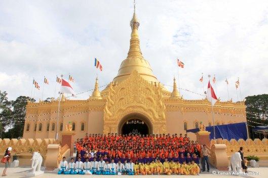 Op 17 november 2010 is een replica van de Shwedagon buddhistische pagode bij Brastagi geopend.