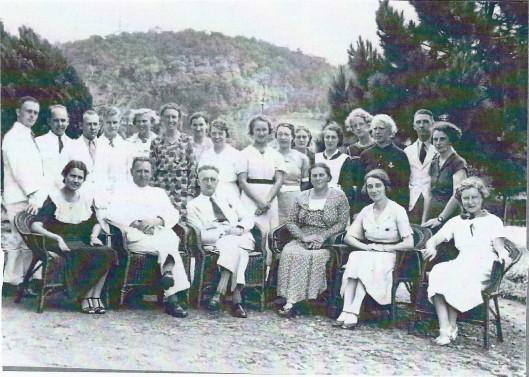 Personeel van de Planters School Vereniging in Brastagi, 15 januari 1937. Staand van links naar rechts: heer Hanedoes, heer Haring, heer J.F.Harders, heer Rommes. mw. N.M.Ledeboer, mw. M.B.Aberson, mw. Broer, mw. Weener, mw. Zuure, mw. Brockhorst, mw.B.Lohman, zuster van der Hoeven, mw. Zwartbol, mw. Maas, heer Paling, mw. Scheffer. Zittend v.l.n.r.: mw. Hardick, heer H.D.Planje, heer J.M.Marsman (directeur), mw. L.P.Marsman-Franke, mw. J.H.Marsman-Weener, mw. V.d.Lijn.