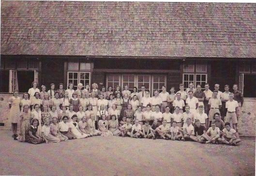 Leerlingen van de hoogste klassen voor de entree van Planters School Vereniging in Brastagi op een foto uit 1938