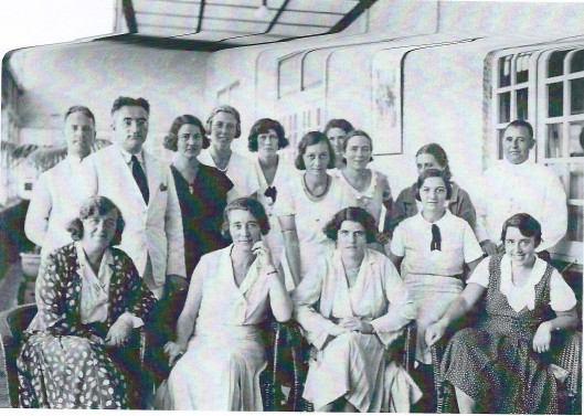 Personeel van de Planters School Vereniging, gefografeerd in 1935. Staande van links naar rechts: heer C.J.de Koster, directeur J.M.Marsman, onbekende, mej. M.B.Aberson, onbekende, mej. de Groot, onbekende, mej. Bronckhorst, mej. B.Lohman en de heer H.O.Planje. Zittend v.l.n.r.: onbekende, mw. J.H.Marsman-Weener, onbekende, onbekende en mej. Gräber