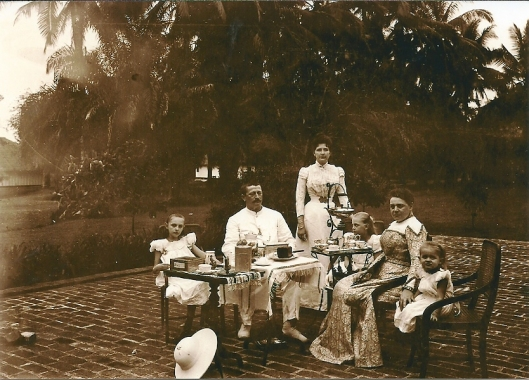 De familie Aberson nabij Medan op Sumatra