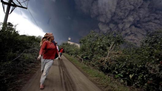 Foto van uitbarsting vulkaan de Sinabung bij Brastagi (1-2-2014)