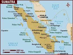 Kaartje van Sumatra met aan de oostkant Medan en daaronder Berastagi ofwel Brastagi. Ten zuiden daarvan het Toba meer