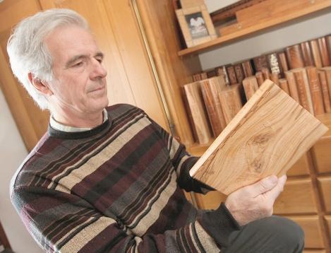 In zijn bindatelier in La Farlède (niet ver van Toulon) heeft Alain Tarol zich gespecialiseerd in houten boekbanden.