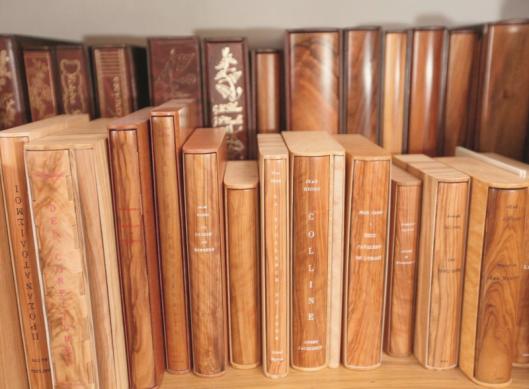 Een selectie van houten boekbanden door de Fransman Alain Taral