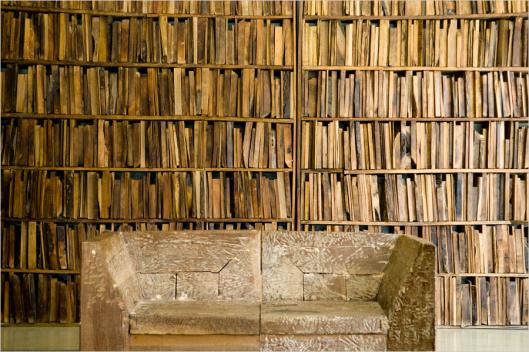 Houten boeken als kunstwerk door Monolo Valdés, USA