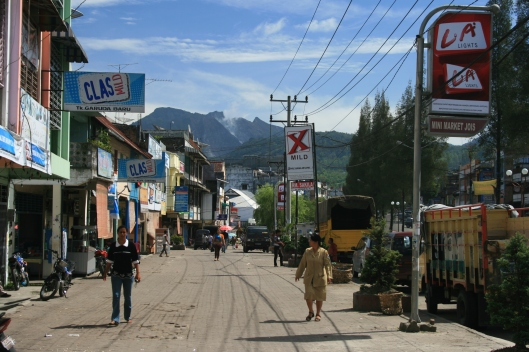 Winkelstraat in Berastagi, Sumatra