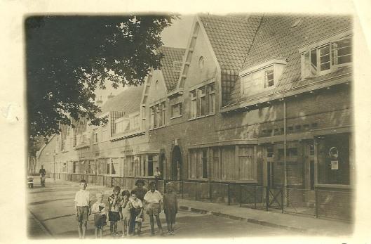 Foto uit omstreeks 1930 van kinderen in en uit de Bosboom Toussaintlaan