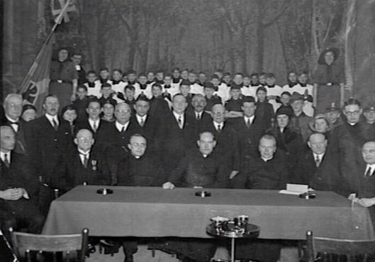Heropeningsplechtigheid van het vernieuwde Vereenigingsgebouw Heemstede op 19 oktober 1933. Op de achtergrond het jongenskoor onder leiding van Broeder Tarcicius van de Broeders van de Christelijke Scholen