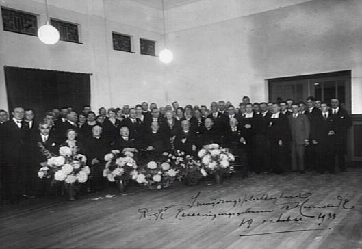 Bij de inwijdingsplechtigheid in het Vereenigingsgouw Heemstede was heek katholiek Heemstede aanwezig. Uiteraard veel Broeders van De la Salle. Vooraan zittend vierde van links pastoor J.M.van der Tuijn en rechts naast hem wethouder dr.E.A.M.Droog