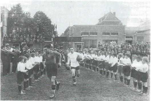 Op de achtergrond boven de het HBC-complex met links deel tribune speelde H.B.C., ontstaan uit een fusie van H.B.V. Heemstede 9(n 1902 opgericht) en de roomse vereniging Berkenrode uit 1912. Een hoogtepunt was de wedstrijk R.K.Holland tegen R.K.België in 1935 die door de Nederlanders werd gewonnen met 6-2.