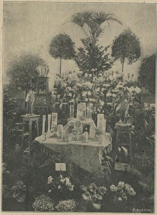 Nog een foto van de bloemententoonstelling te Heemstede uit de Nieuwe Haarlemsche courant van 12 maart 1911: 'Ook Heemstede heeft met veel succes een bloemententoonstelling gehad, door de bloemistwerklieden georganiseerd, en deze expositie is zonder twijfel èn wat keurigen aanleg èn wat schat van bloemen aangaat, een der prachtigste geweest van alle in den omtrek der bloemenstad! Hoe schitterend onze Roomsche bloemistwerklieden hun vak verstaan, en hoe heerlijke bloemen zijn in dezen tijd kunnen 'trekken', toont deze speciale foto, die een der prachtigste inzendingen weergeeft, met de zeer mooie prijzen tevens, die waren uitgeloofd.'