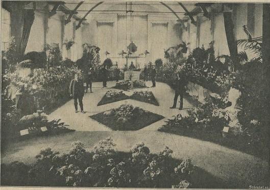 In het Verenigingsgebouw van Heemstede zijn enige malen bloemententoonstellingen gehouden. Bovenstaande foto dateert uit de Nieuwe Haarlemsche Courant van 4 maart 1911 met het volgende onderschrift: 'Een kijkje op den zeer smaakvollen aanleg der zaal, waarin men de mooie groote zaal van het Roomsche Parochiehuis wel haast niet herkennen zou! Op den achtergrond de kiosk, waar de R.K. Lectuur-propagandaclub 'Pius X' met veel succes werkzaam was.'
