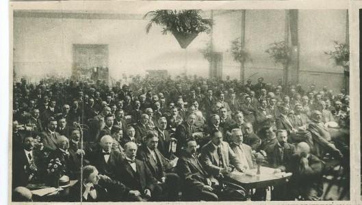 De Hanze, was een Bond van Rooms-Katholieke verenigingen van den Handelsdrijvende en Industriële Middenstand in het bisdom Haarlem. Opgericht in 1907 werd op 5 juli het tienjarig bestaan gevierd in de grote zaal van het r,k, Vereenigingsgebouw St. Bavo. Op deze afbeelding een overzicht van de feestvergadering.