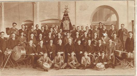 Harmonie Sint Michaël is in 1909 opgericht door o.a. Theo Tellings, een postbode afkomstig uit het Limburgse Thorn en drie telgen uit het geslacht Gozeling. De eerste repetities zijn gehouden in de smederij Van den Asdonk en klompenmakerij van de firma Spijker. Jarenlang was het Vereenigingsgebouw thuishaven . In 1929 is het 20-jarig jubileum gevierd. (Kath. Illustratie).