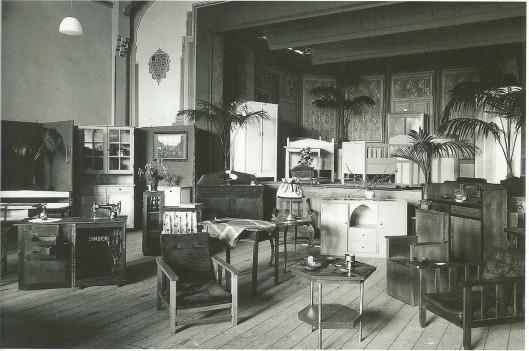 In 1936 organiseerde de afdeling Heemstede van het Algemeen Comité tot Ontwikkeling en Ontspanning van Werklozen een expositie in het Vereenigingsgebouw. Tentoongesteld werden door werklozen vervaardigde meubelstukken en andere voorwerpen (N.H.A.).