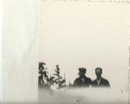 Martin Buschmann (rechts) naast Koos Koek, zijn onderduikadres in het Zuid-Hollandse plaatsje Noorden in de zomer van 1944.