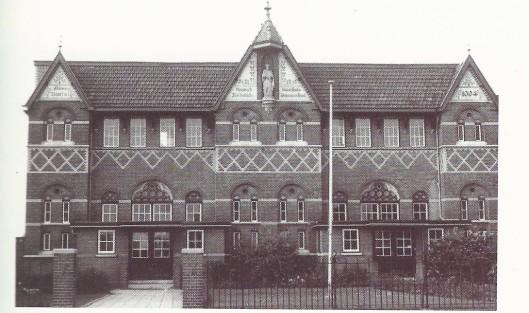 Naast het Vereenigingsgebouw stond de  onder pastoor H.P.Zeegers  in 1904 gebouwde parochieschool voor jongens gewijd aan Sint Jozef.
