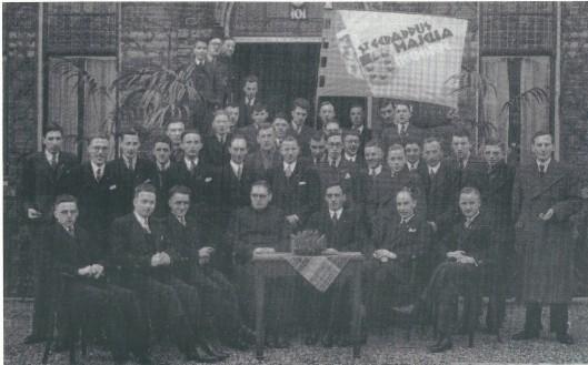 Bij het 15-jarig bestaan van de Katholieke Jonge Middenstandsvereniging St.Gerardus majella in 1937 is deze foto vervaardigd.