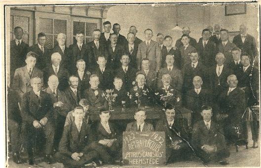 De retraiteclub 'Petrus Canisius', opgericht in 1922, bij het 10-jarig bestaan in het Verenigingsgebouw (Katholieke Illustratie, 1932)