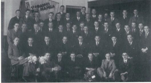 Een foto in 1942 gemaakt bij gelegenheid van het vierde lustrum van de R.J. Jonge Middenstands-Vereniging Sint Gerardus Majella in het Verenigingsgebouw aan de Herenweg.