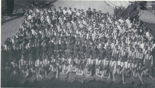 De Graal was een katholieke jongerenbeweging met idealistische motieven. Men organiseerde voor meisjes allerlei activiteiten ter ondersteuning van de r.k. opvoeding. Ook Heemstede had een eigen florerende afdeling. Deze foto dateert uit 1928 toen een bijeenkomst van de Graalbeweging Noord-Holland bijeemkwam op Hageveld. Op de foto o.a. Ploon Vester, Suus Fakkeldij en tweede rij 4e en 5e van links  de zussen Dini en Annie Jonckbloedt