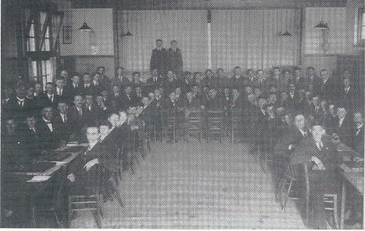 In 1917 is de r.k. damvereniging 'Berkenrode' opgericht, later Sint Bavi en ten slotte Damclub Heemstede geheten. Deze foto dateert uit de jaren dertig en is gemaakt in het Vereenigingsgebouw.