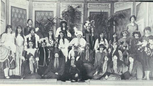 Foto van het Aint Agneskoor dat bijna jaarlijks een muziekstuk (operette) ten gehore bracht in het Vereenigingsgebouw. Hier de opvoering van 'de Prins van Sint'. Het koor stond onder leiding van mej. Wille en pianiste was mej. Bonarius.