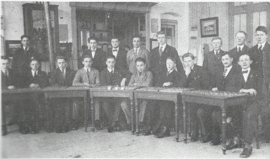 Nog een foto van de r.k. damclub uit de jaren 30 in het Vereenigingsgebouw. Zittend derde van links is J.Veen, tweede van rechts: F.Broekman en 4e van rechts: J.Drayer. In 1963 is vanwege de oeucumenische geest het predikaat r.k. verdwenen. Ex-wereldkampioenen als Andreiko en Koeperman speelden simultaanwedstrijden in Heemstede. Ton Sijbrands nam deel aan het Top-Tientoernooi. De namen van medeoprichter N.Stevens en oud-voorzitter J.Warmerdam mogen in dit verband met ere vermeld worden, evenals van o.a. de dammers Theo van Tielrooy, Arjen Cupido en Mark Deurloo. In 1992 verscheen bij het 75-jarig bestaan een gedenkboek 'Heemstede damt', samengesteld door P.J.Beliën, P.R.Moraal en E.Deurloo. Enkele jaren geleden is de damclub Heemstede bij gebrek aan belangstelling opgeheven.