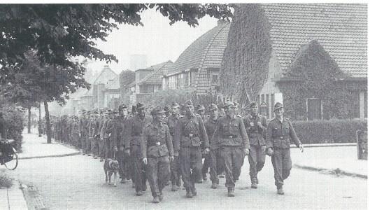 Gedemoraliseerde Duitse soldaten marcheren af via de Postlaan Heemstede richting 'die Heimat'.