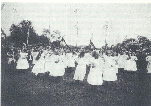 Op 24 mei 1904 vierde burgemeester mr.D.E.van Lennep zijn 12,5 jarig ambtsjubileum op het feestterrein. Namens de wijkverpleging boden zuster König en Gerrit Blad uit het Haspel in Aerrdenhout bloemen aan.