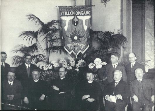 Het 'Genootschap van de Stille Omgang', afdeling Heemstede is opgericht om jaarlijks het mysterie van het Mirakel van Amsterdam te herdenken. De tocht werd per tram of bus gemaakt om op de plaats van bestemming een stille tocht langs straten en grachten te maken. Op deze foto uit 1932 zien wwe op de eerste rij v.l.n.r. W.Groenland, kapelaan J.M.Brinkman, pastoor J.van der Tuyn, kapelaan J.J.Tesselaar, H.Krieger en L.van der Vosse. Staamde: Q. van der Peijl, J.Steinhof, de kunstenaar Jan Wiegman (die het vaandel ontwierp) en P. de Wildt.